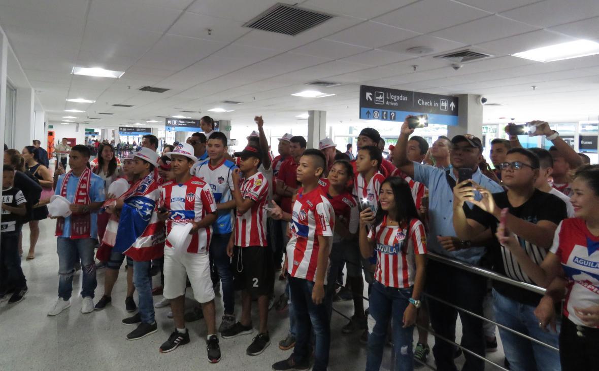 Los seguidores de Junior que esperaron al equipo en el aeropuerto.