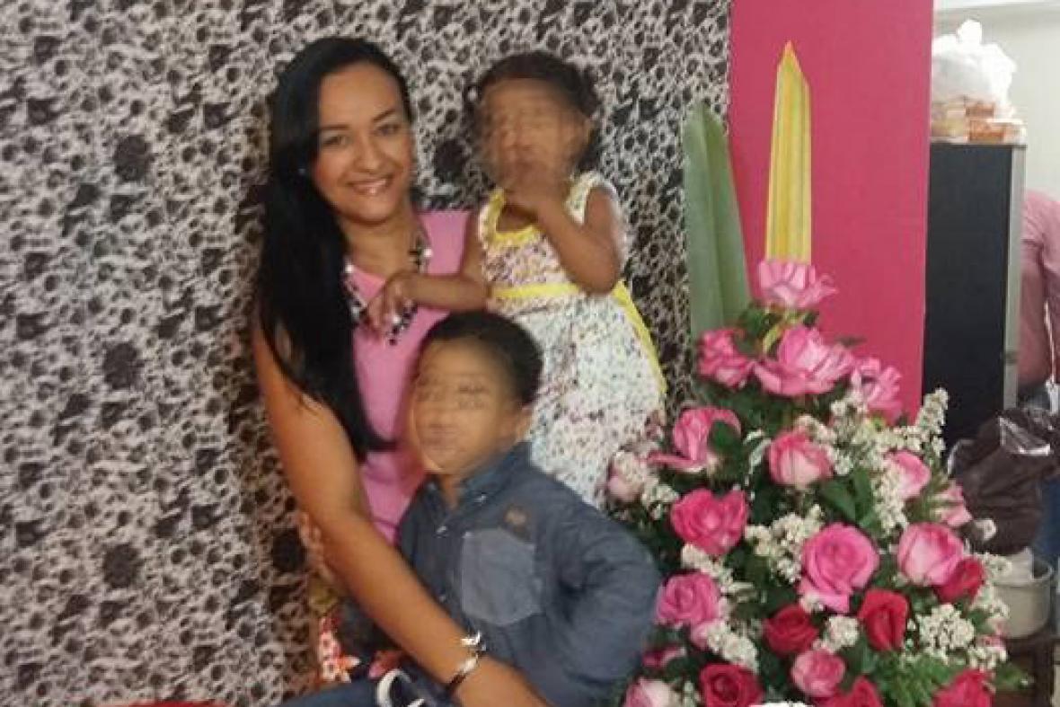 Ana Karina Lozano y sus dos hijos. Los tres murieron en el accidente de este miércoles.