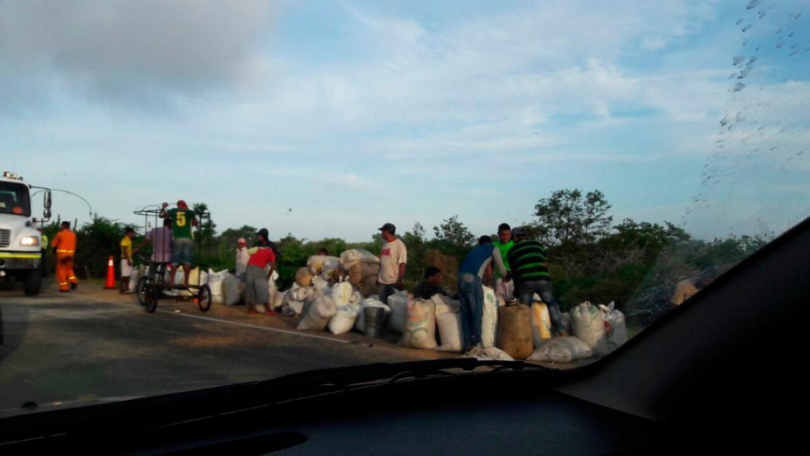 Las comunidades aledañas saquearon el trigo que transportaba la tractomula cuyo conductor resultó herido.