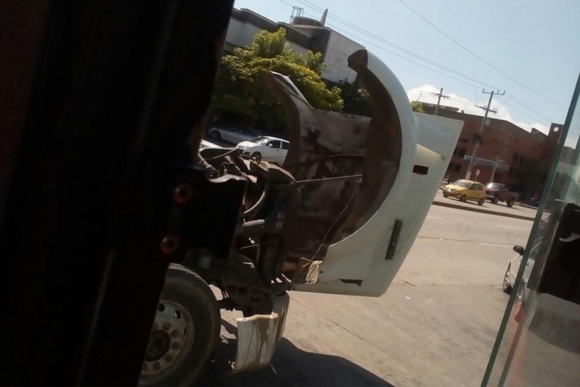 El vehículo está siendo reparado en la vía.