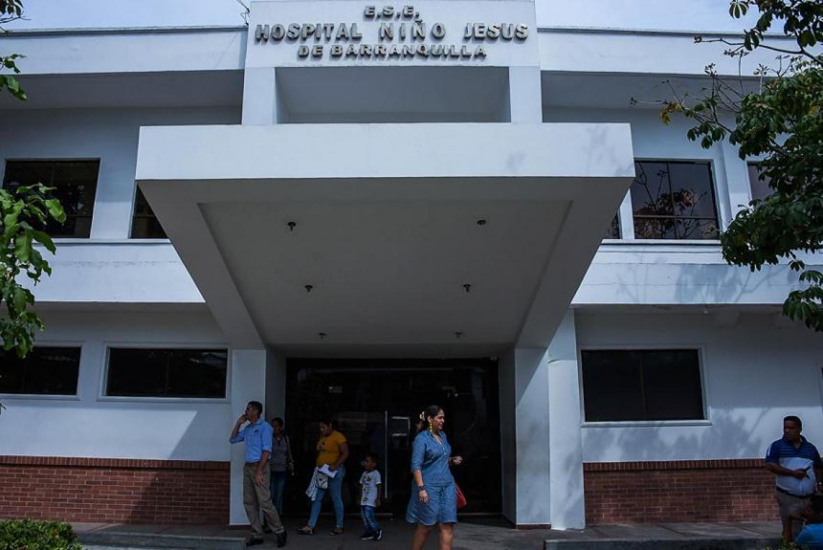 Usuarios en la fachada del hospital Niño Jesús.