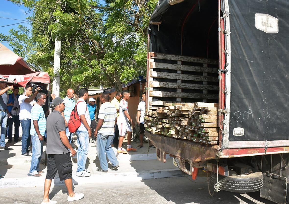 Comunidad impidió el ingreso del camión que llevaba los elementos para cercar la cancha.