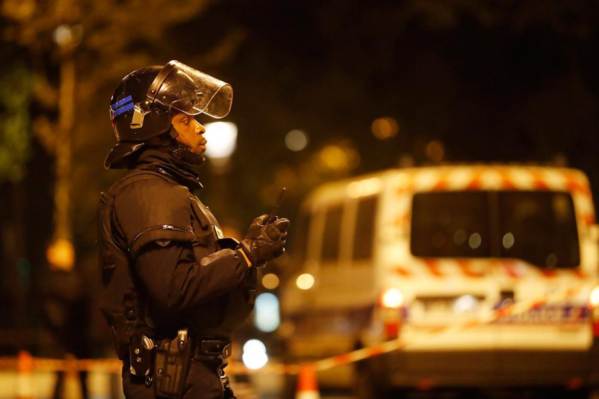 Un policía francés monta guardia en los Campos Elíseos.