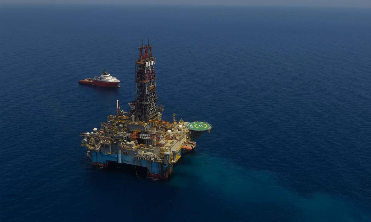 Exploración de petróleo en mar abierto.