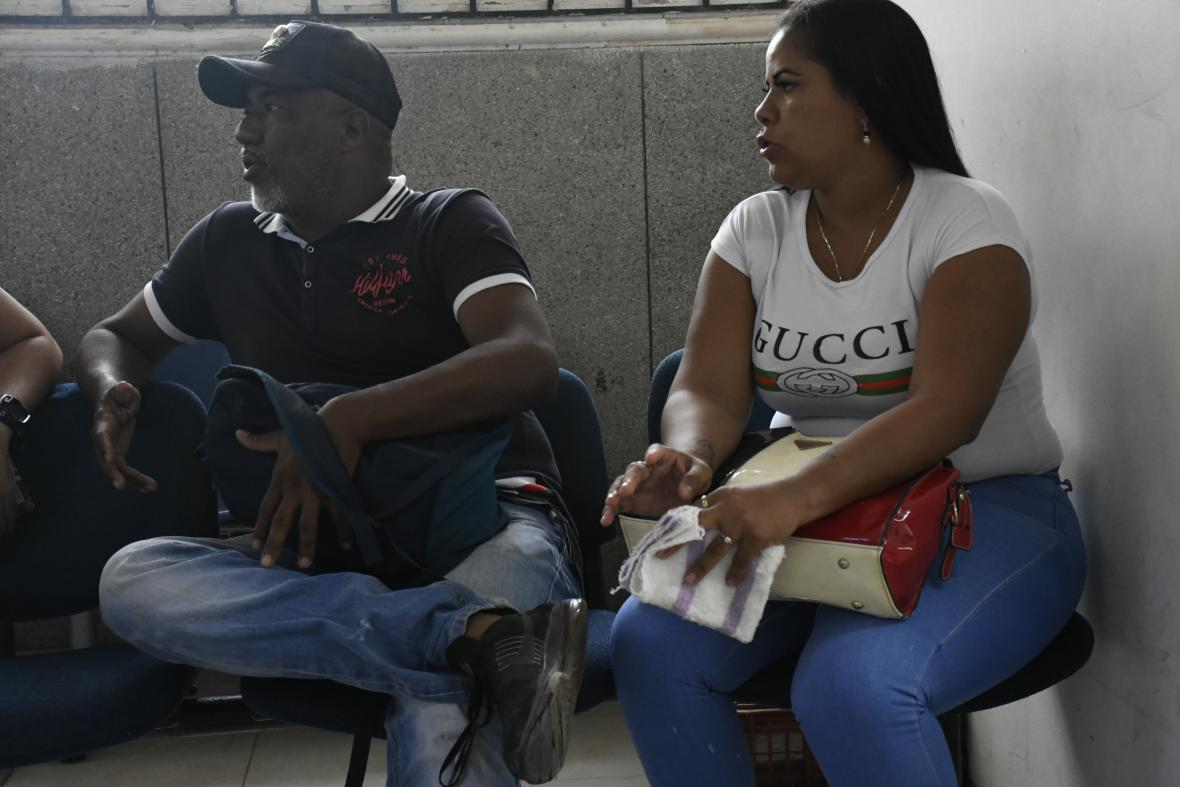 David De la Rosa (izq.) acompañó a Lilibeth Briñez a denunciar el caso.