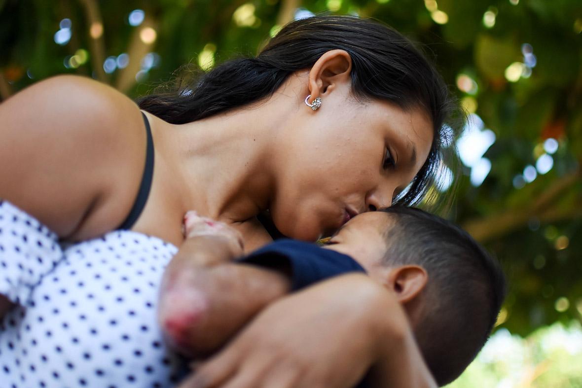 Diana Galindo carga a su hijo, Maxwell David, de tres años.