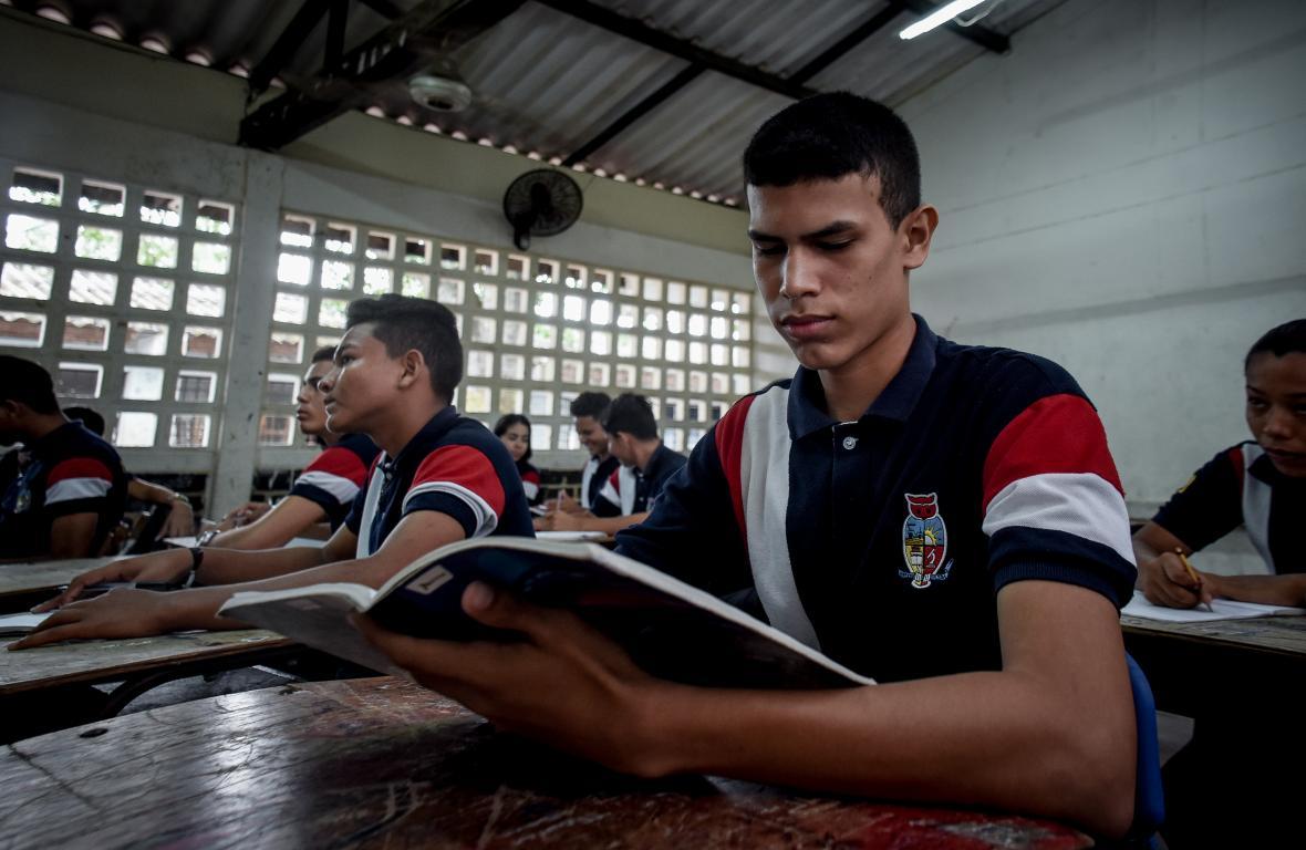 José de Jesús Tolosa lee sus apuntes mientras está en el salón de clases.