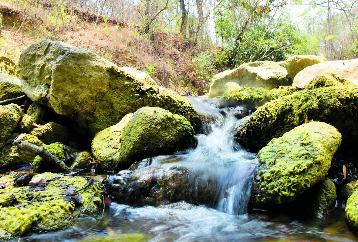 Enormes piedras por donde pasa el agua que llega a las piscinas.