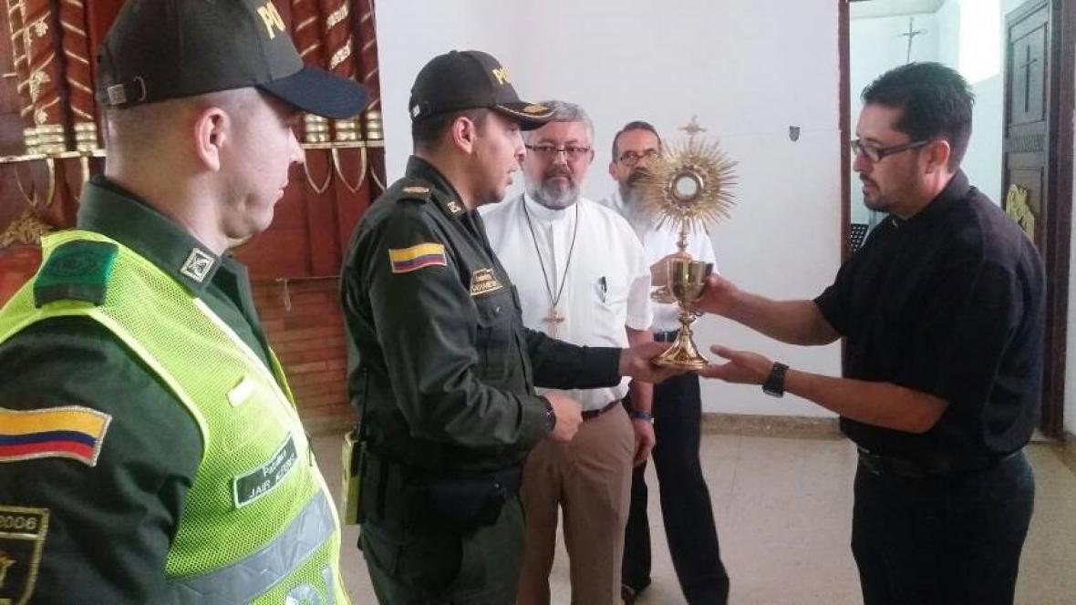 Policía Nacional recupera elementos hurtados en la iglesia y se los entrega al párroco.