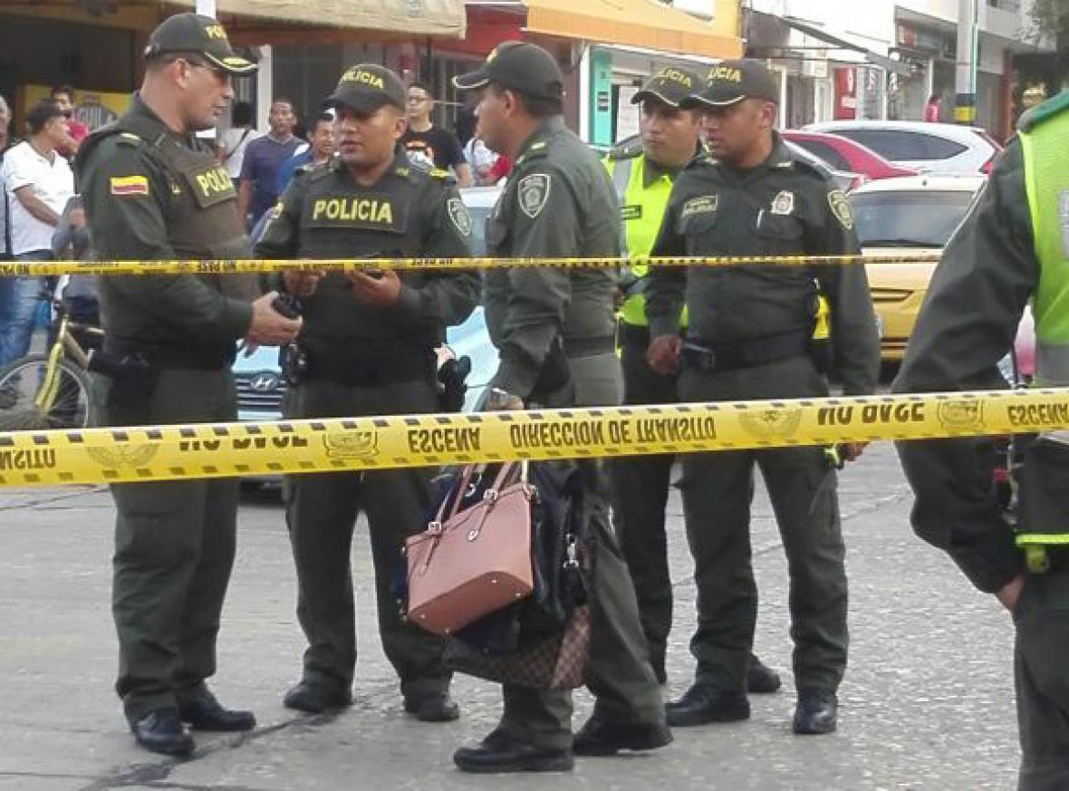 Policías sostienen las pertenencias de las usuarias del spa.