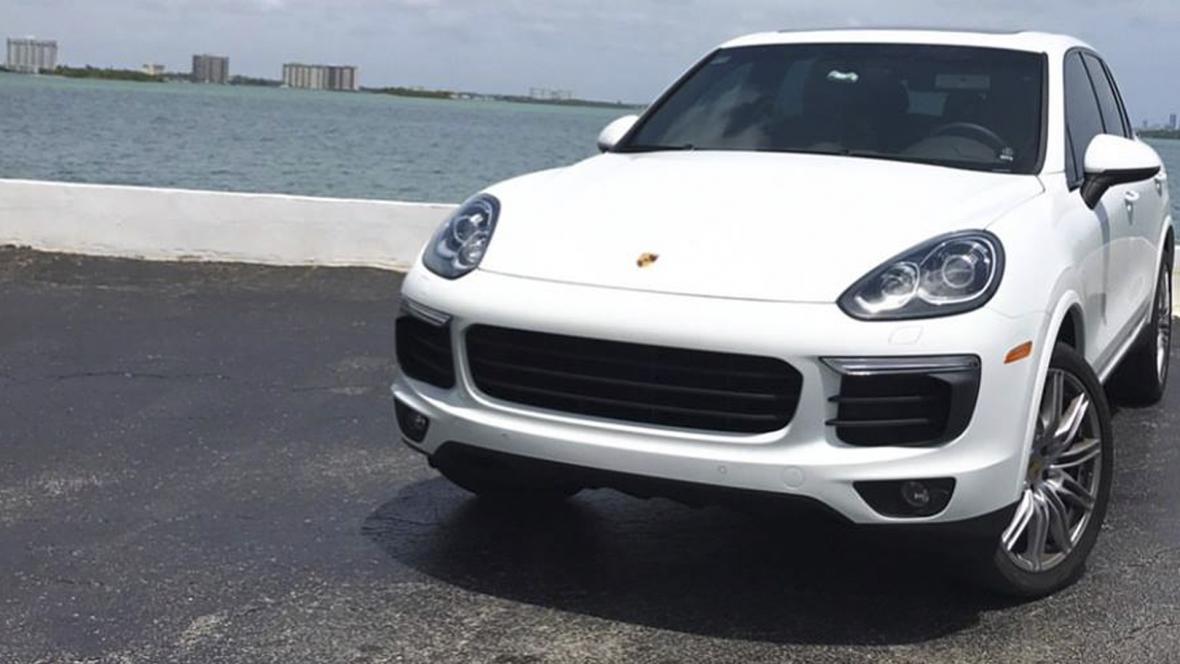 La joven también hacía alarde de su Porsche en redes sociales.