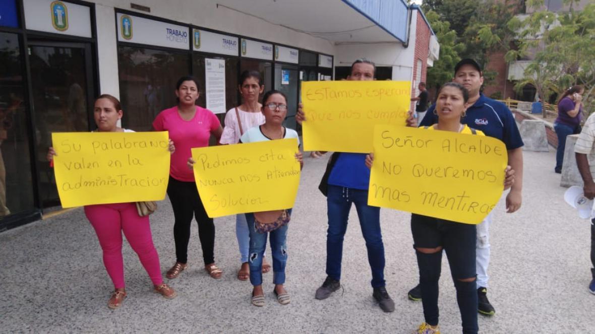 Los docentes llevaron pancartas con mensajes para el alcalde Herrera.
