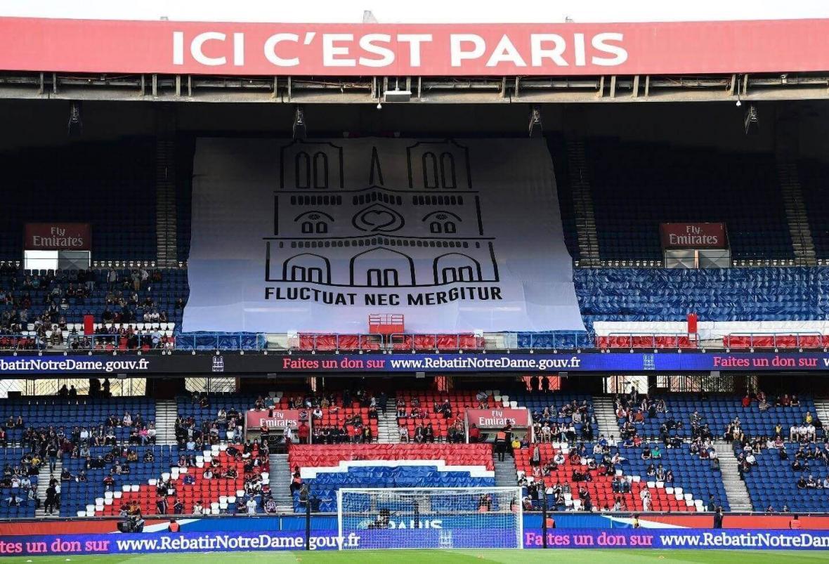 La tribunal del París Saint-Germain homenajeó a la catedral con el lema de su ciudad,'Fluctuat Nec Mergitur'.