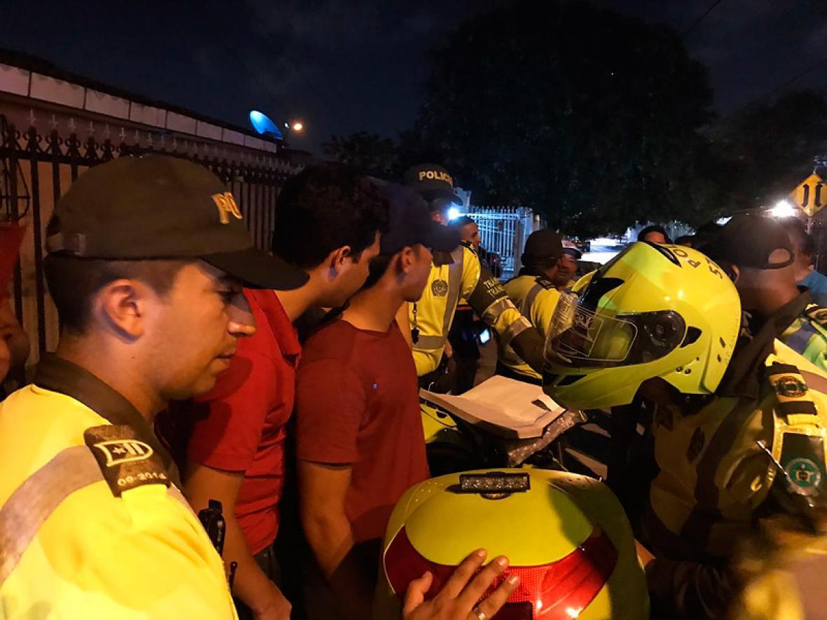 Rafael Carrascal, de gorra, atiende los requerimientos de Policía de Tránsito.