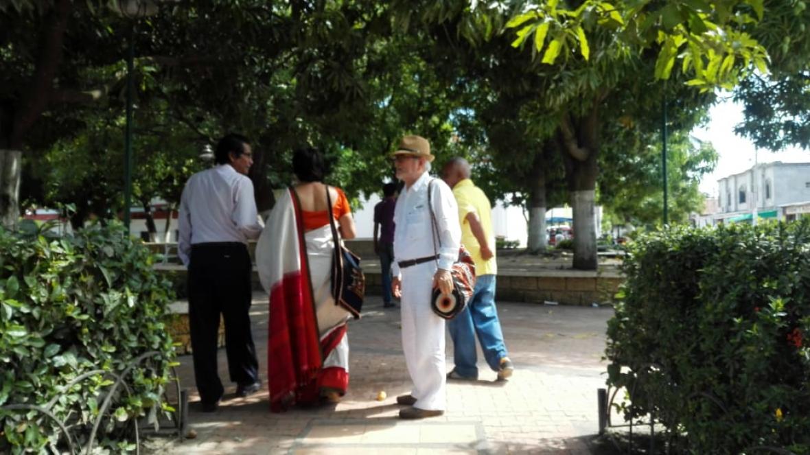La escritora recorriendo Aracataca.
