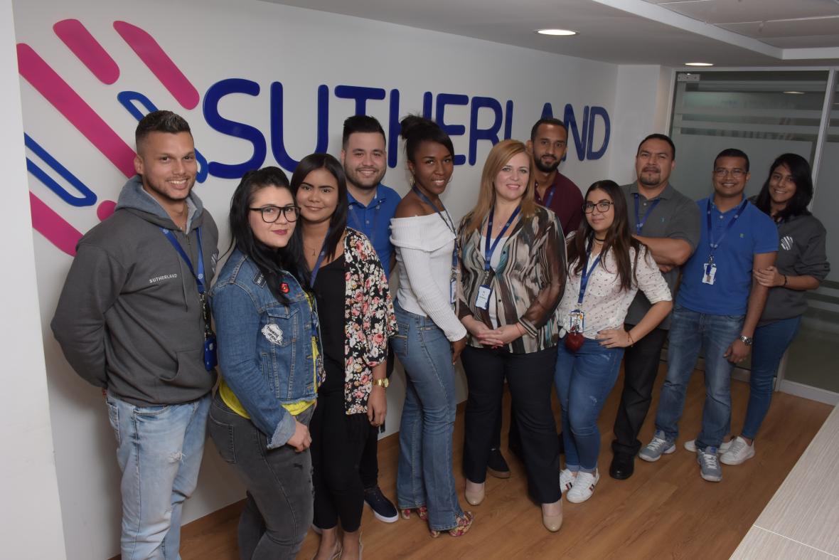 La directora de Sutherland junto a colaboradores de la empresa.