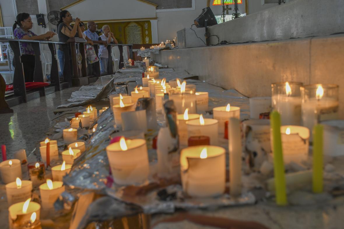 La parroquia María Auxiliadora mantuvo velas encendidas durante el día.