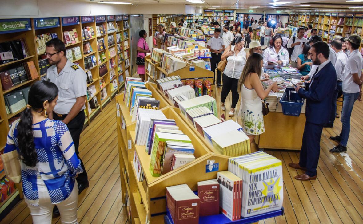 Visitantes recorren las instalaciones de la librería flotante a bordo del buque Logos Hope.