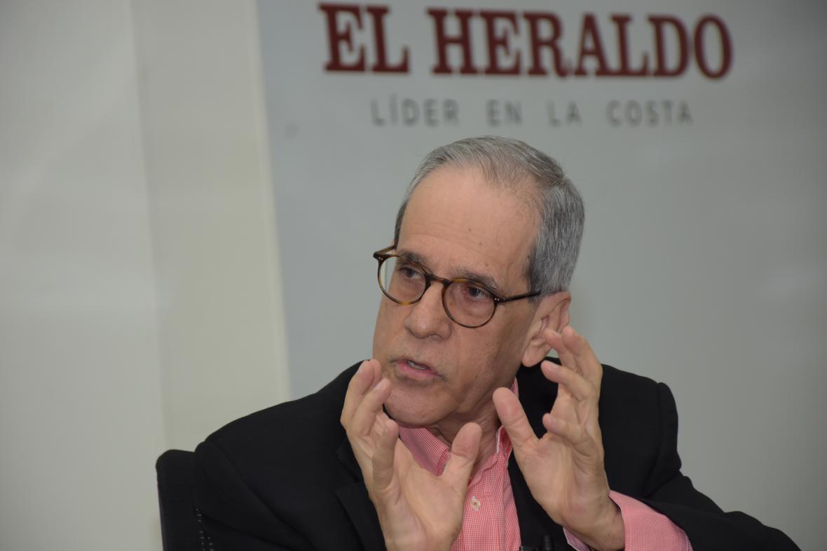 El rector Jesús Ferro, en distintos momentos de la entrevista realizada en las instalaciones de EL HERALDO.