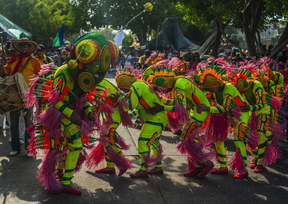 La Danza del Ciempiés serpenteó por todo el recorrido con sus colores.
