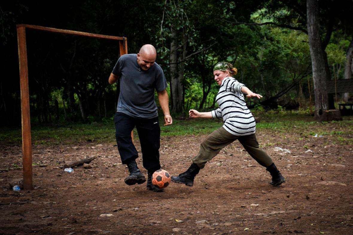 Ronald y Jenny se disputan un balón en medio del partido.