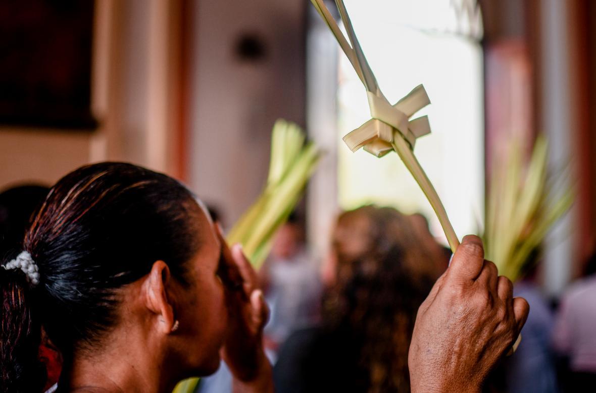 Un trenzado de palma en forma de cruz  fue portado por los feligreses en la iglesia de San Nicolás.