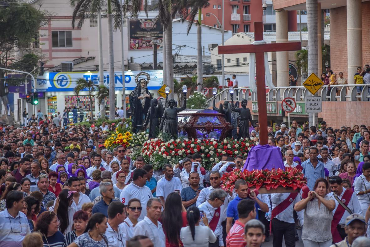 Una multitud asistió para vivir la solemne conmemoración del Sermón de las Siete Palabras y la Procesión del Santo Sepulcro