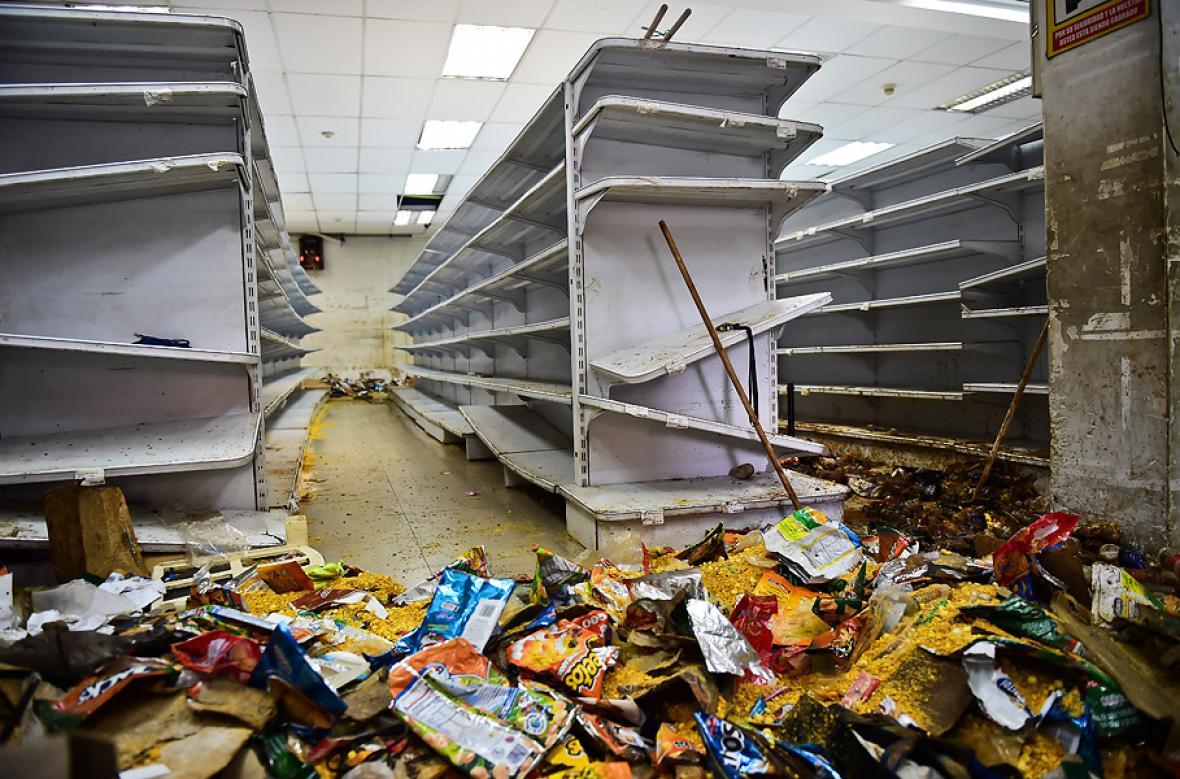 Así quedaron algunas tiendas de Caracas tras los saqueos de este viernes.