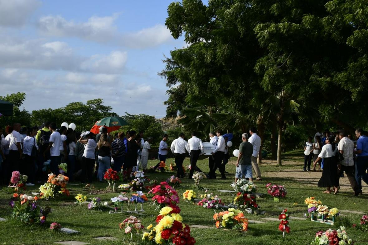 Familiares, amigos y vecinos de la niña la acompañaron durante las honras fúnebres.