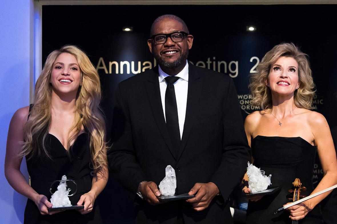 Shakira junto , el actor y activista estadounidense Forest Whitaker y la violinista alemana, Anne-Sophie Mutter, quienes también recibieron reconocimiento por su liderazgo.