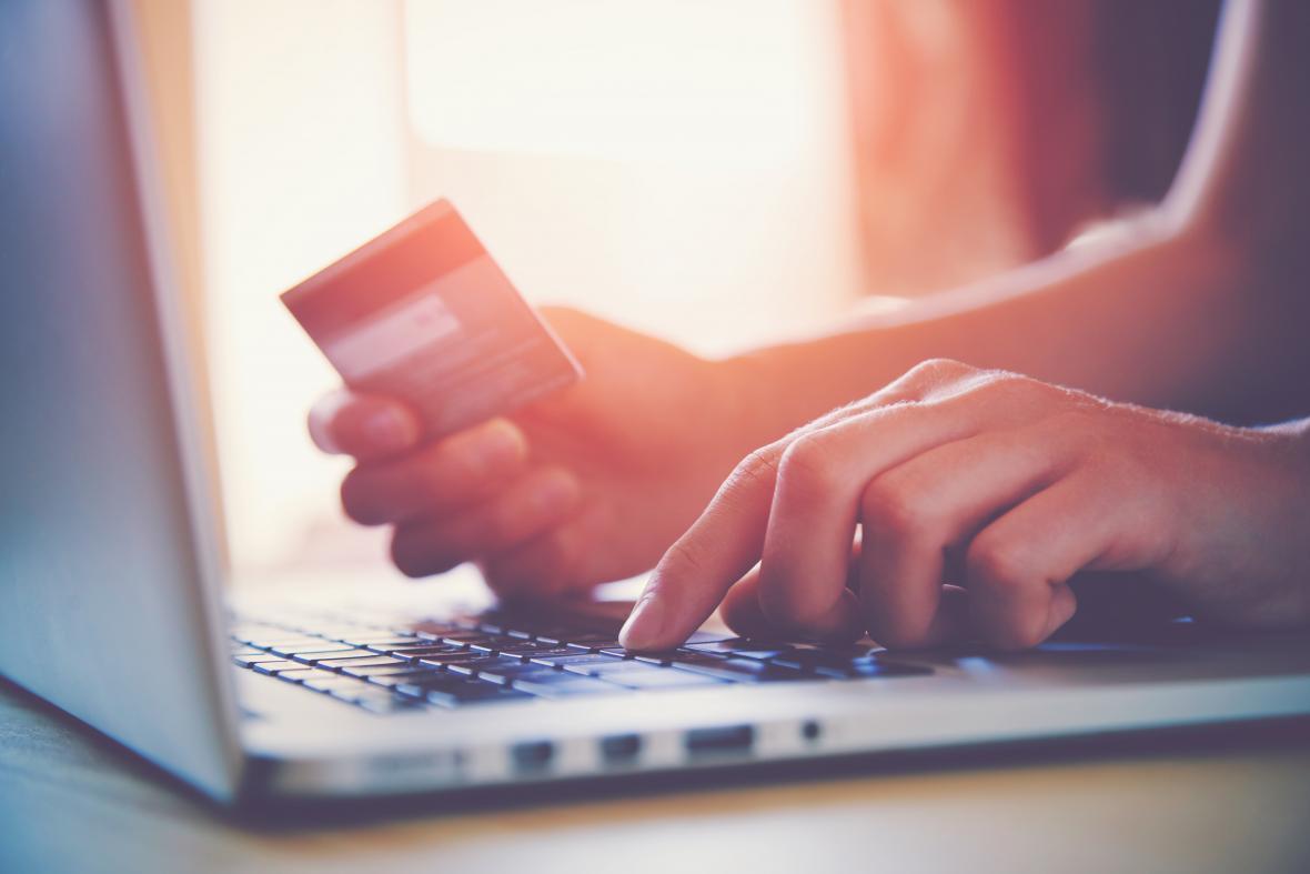 Según los expertos, los sitios web que cuentan con pagos con tarjetas de crédito son más seguros.