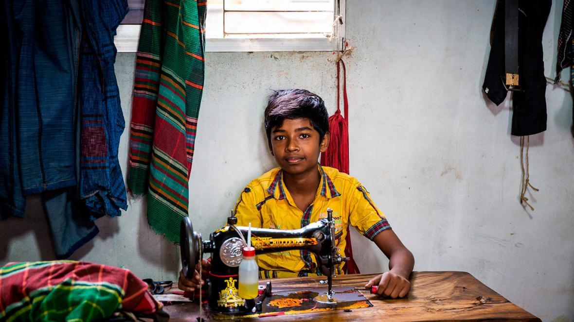 Los niños también son sometidos por la industria textil en países como India y China.