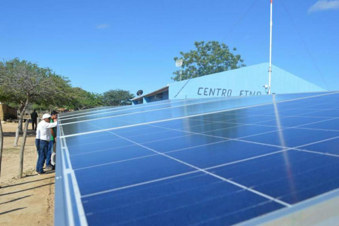 Paneles solares en un centro etnoeducativo en La Guajira.