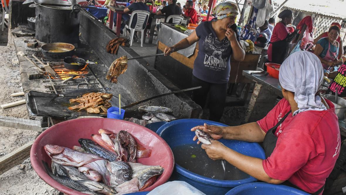 Así se preparan los alimentos en varios de los locales.