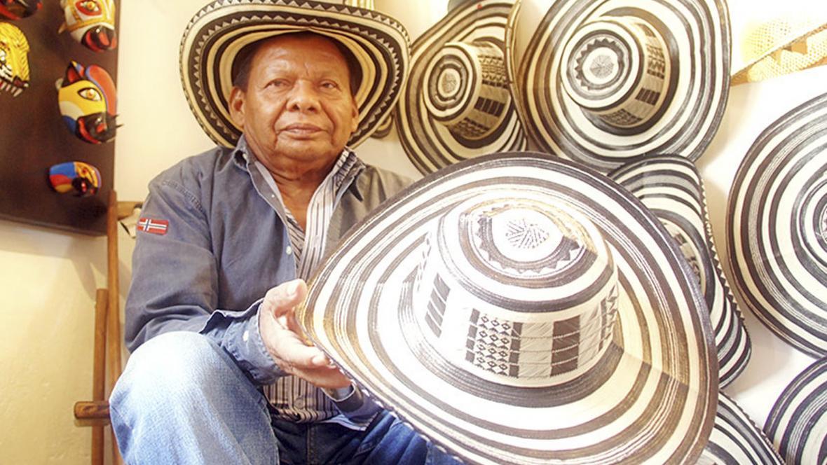 Marcial Montalvo enseña  unos sombreros.