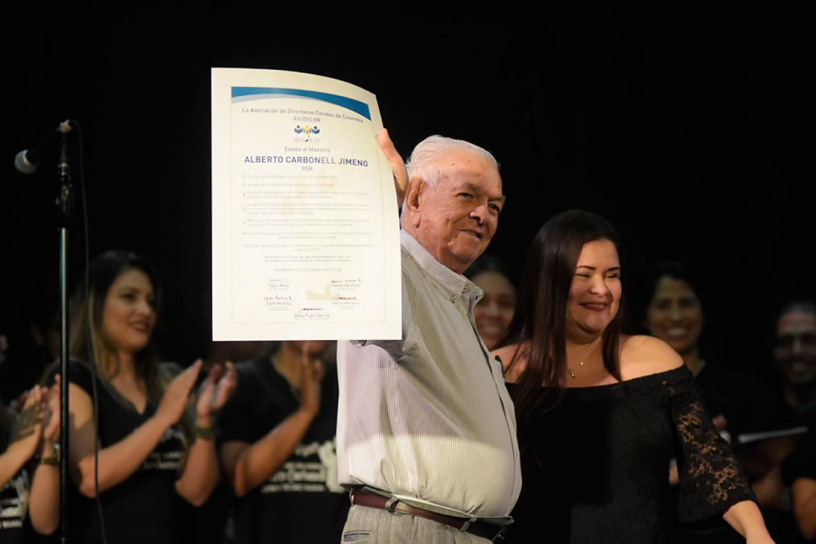 El maestro muestra el reconocimiento que le hizo la Asociación de Directores Corales de Colombia (Asodicor) en noviembre del año pasado.