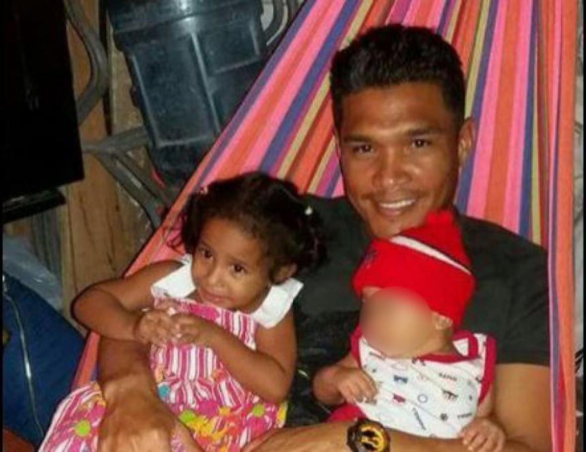 Teófilo Gutiérrez carga a su sobrina Arlyn Sofía, víctima de bala perdida.