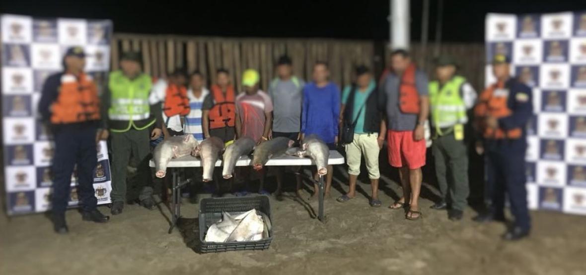 Los ocho capturados junto a personal de la Armada Nacional y la Dimar.
