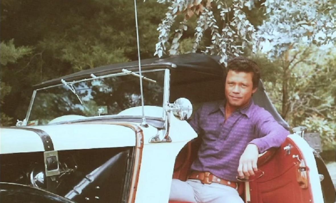 Tito Lombana en su coche MG clásico.