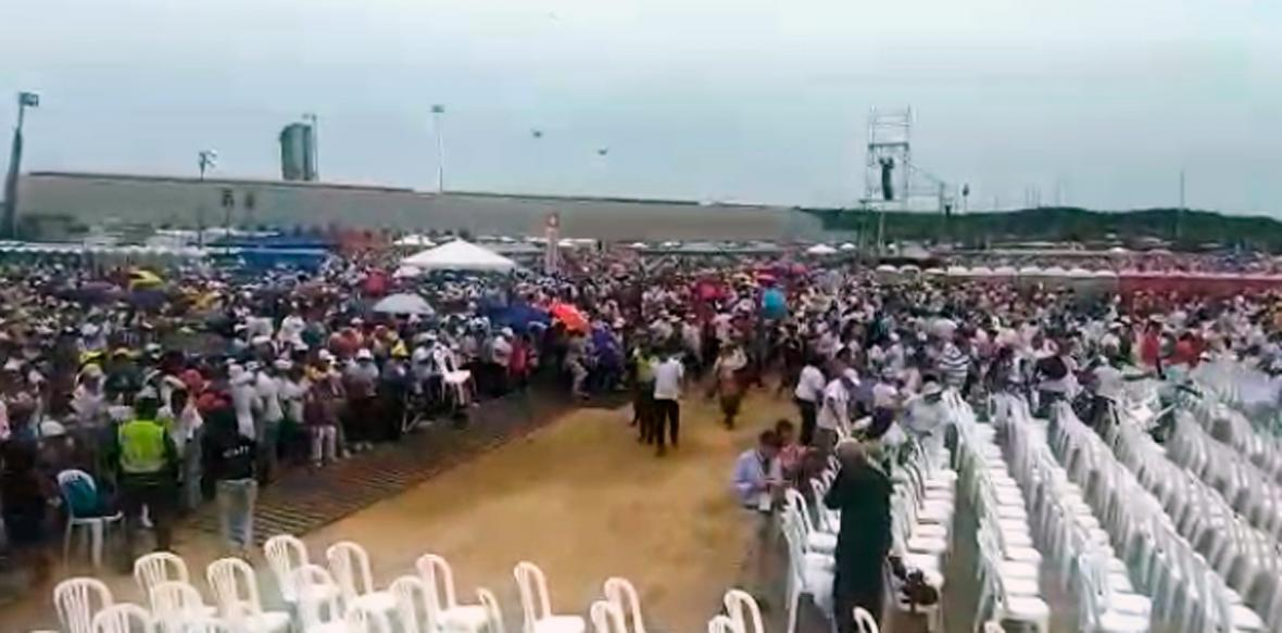 La imagen capta el momento en que la valle es derribada y numerosas personas ingresan corriendo a la zona de VIP.