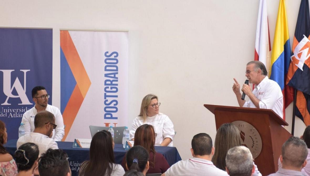 El gobernador del Atlántico, Eduardo Verano, destaca la recuperación del edificio. Lo escucha la rectora (e) y la comunidad académica.