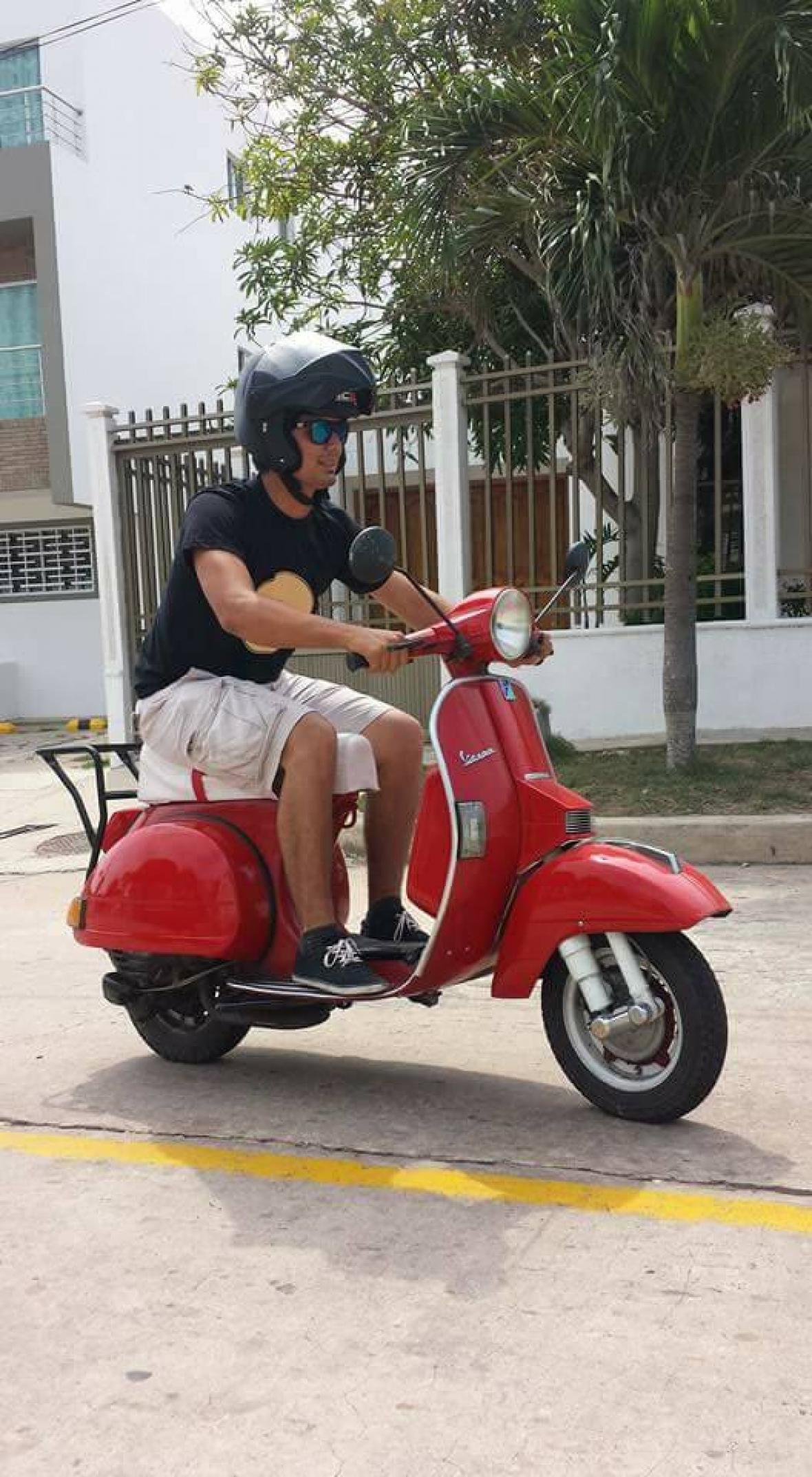 En su moto Vespa 'rodando' cerca de su casa.