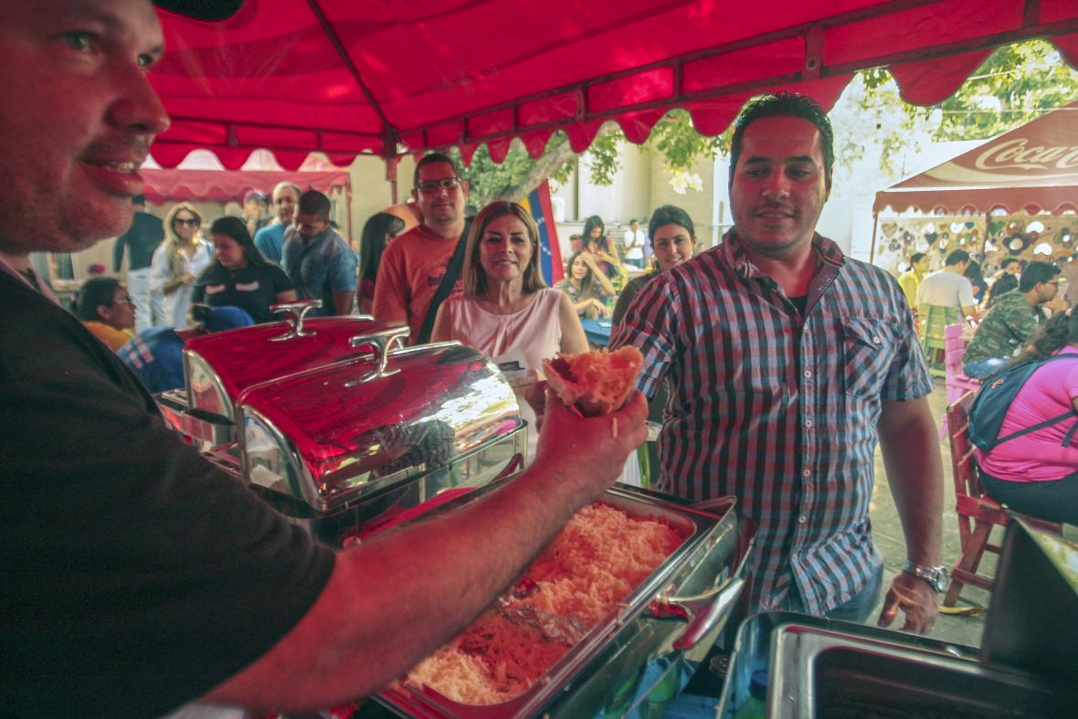 Cientos de personas degustaron las arepas venezolanas en el día mundial de este producto.