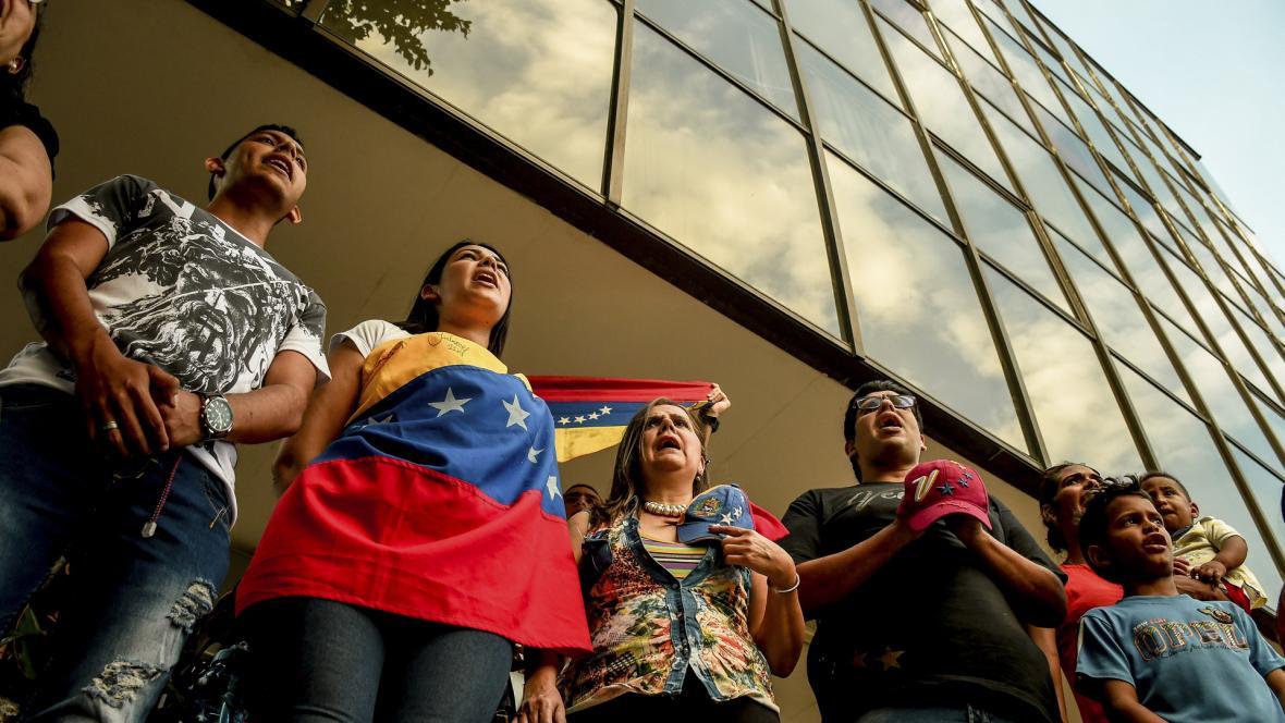 El grupo de personas cantando el himno de Venezuela.