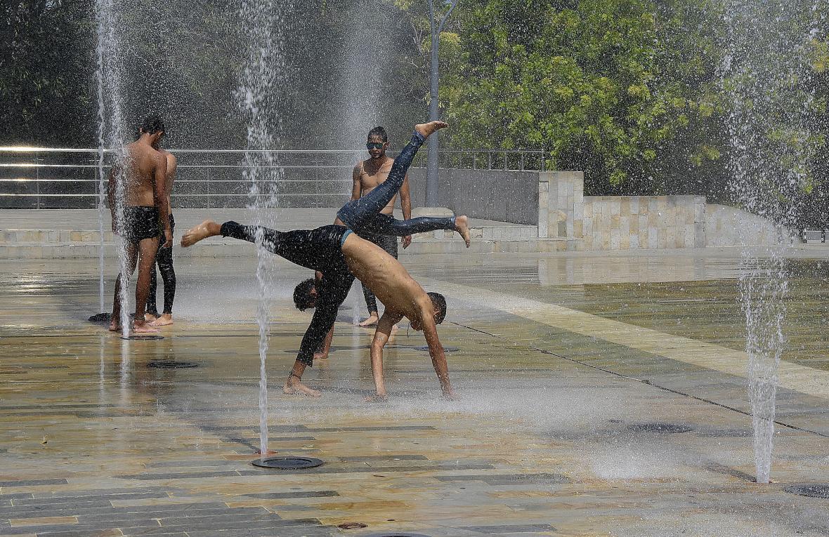 El grupo de jóvenes venezolanos refrescándose.