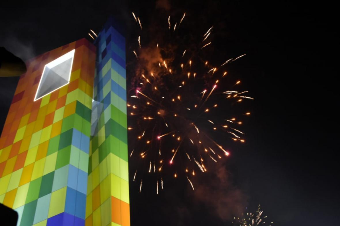 Fuegos artificiales se encendieron durante la inauguración de La Ventana al Mundo.