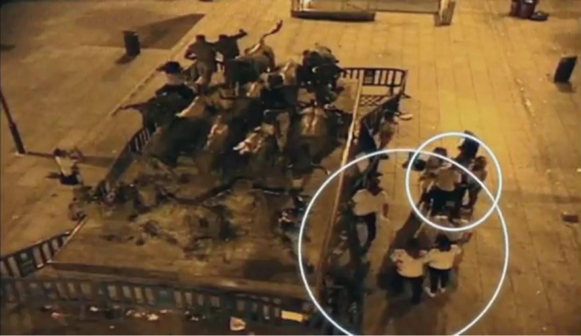 El grupo, captado por una cámara tras la presunta violación.