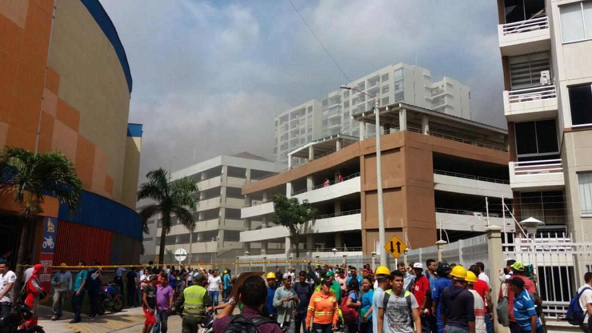 Ciudadanos son evacuados de las instalaciones del almacén.
