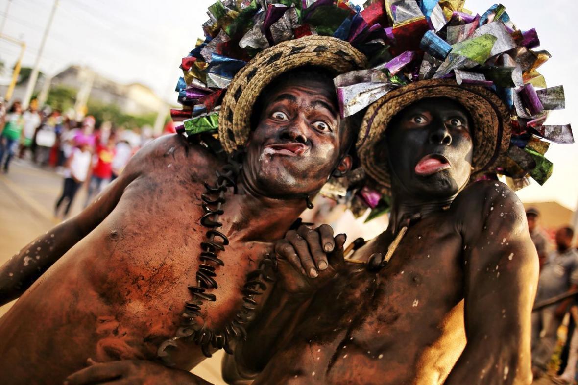La alegría de los disfraces tradicionales se hizo presente durante el desfile.