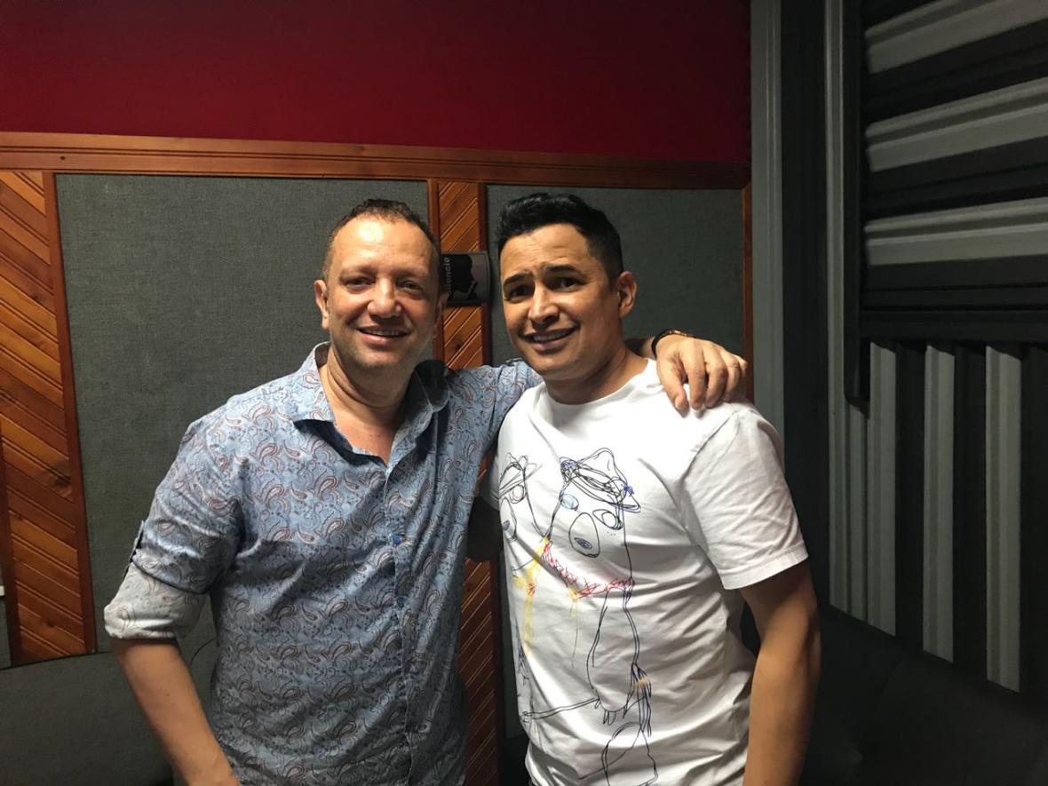 Chelito De Castro junto al cantante Jorge Celedón.